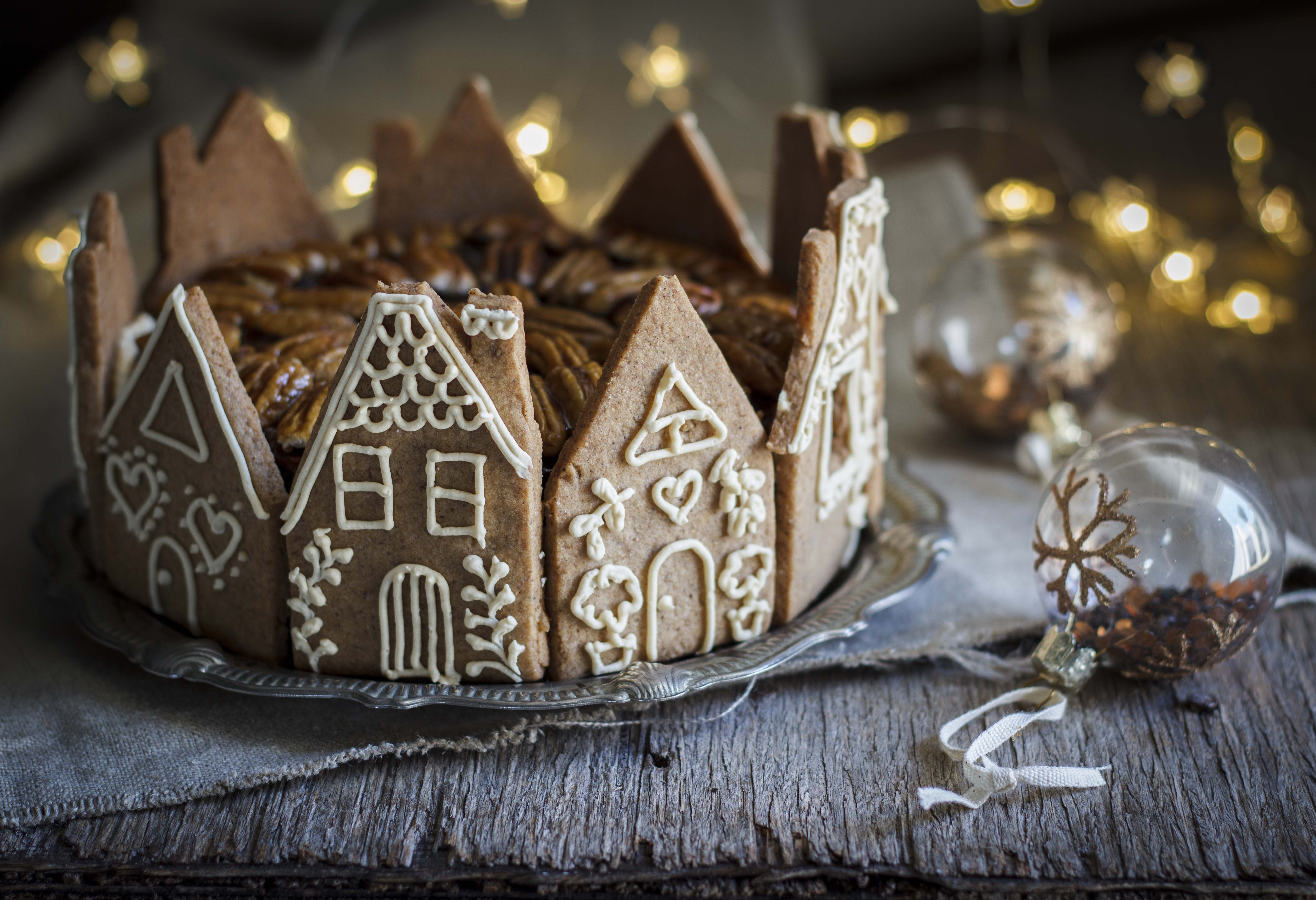 5 Ingredient Christmas Cake With Gingerbread Houses The